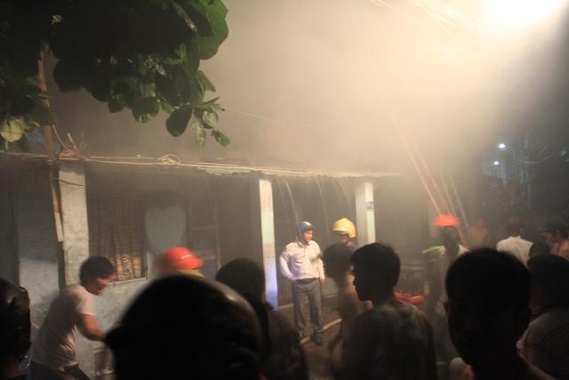 Khói nghi ngút bốc ra từ đám cháy