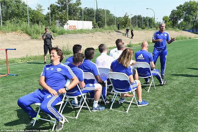 Trợ lý đội 1 Rui Faria không thể nhịn cười khi HLV Mourinho giải thích luật chơi cho mọi người