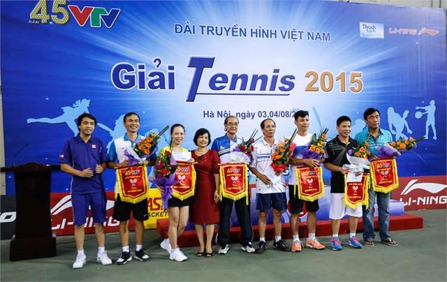 Bà Nguyễn Thuý Cầm (váy đỏ) Phó Chủ tịch Công đoàn Đài THVN và Nhà báo Phan Ngọc Tiến, Trưởng Ban Sản xuất các chương trình Thể thao (ngoài cùng, bên trái) trao giải phong cách cho các tay vợt.