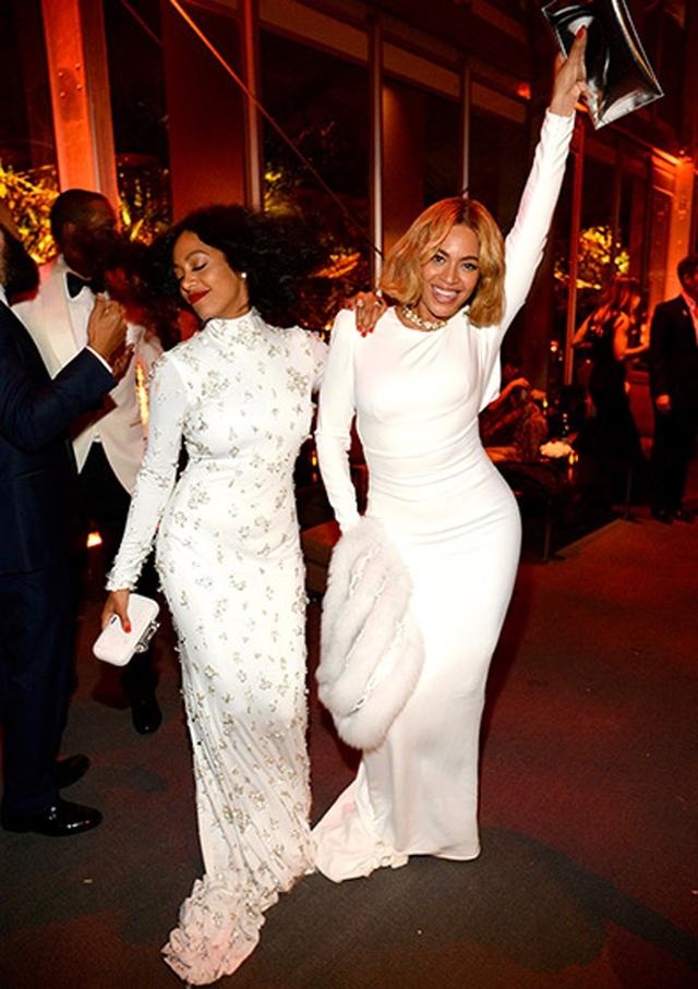 Chị em nhà Beyonce diện đồ trắng, vừa đi vừa nhảy múa tưng bừng.