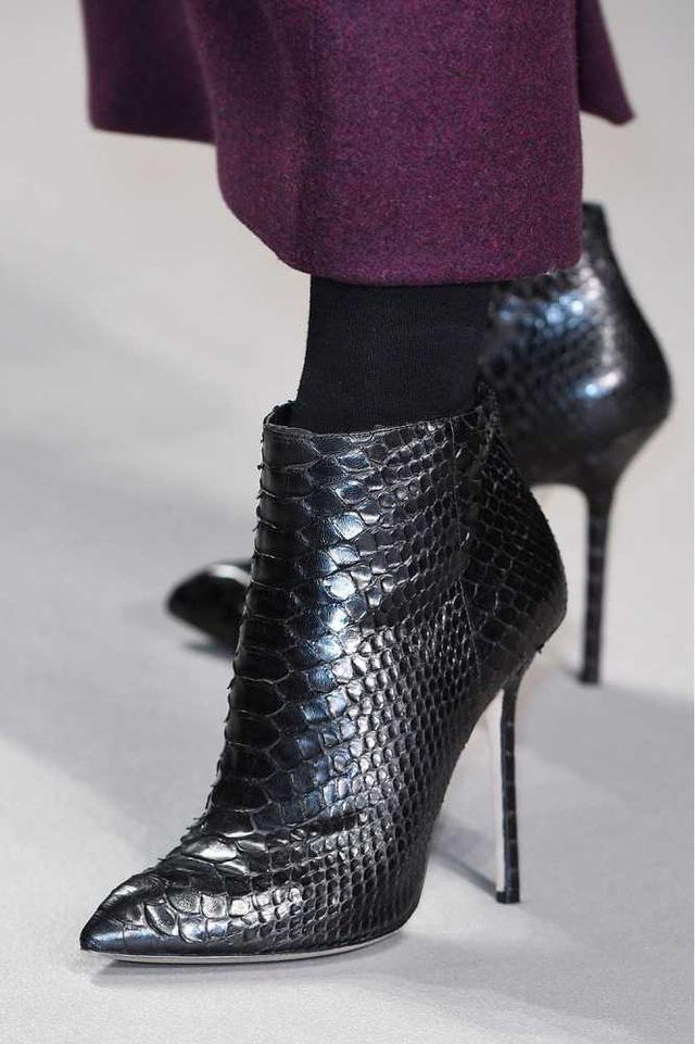 Mẫu boots da với những chi tiết lớp vảy ấn tượng của Bora Aksu.