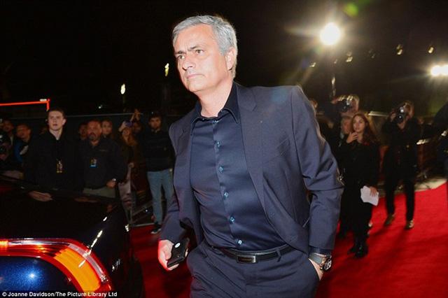 Ông thầy cũ Jose Mourinho cũng có dịp tái ngộ đối thủ kỳ phùng Sir Alex khi tới dự lễ ra mắt phim của cậu trò Ronaldo.