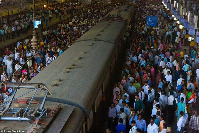 Một ga tàu hỏa khác ở Chhatrapati Shivaji, Mumbai, Ấn Độ, dày kín người.