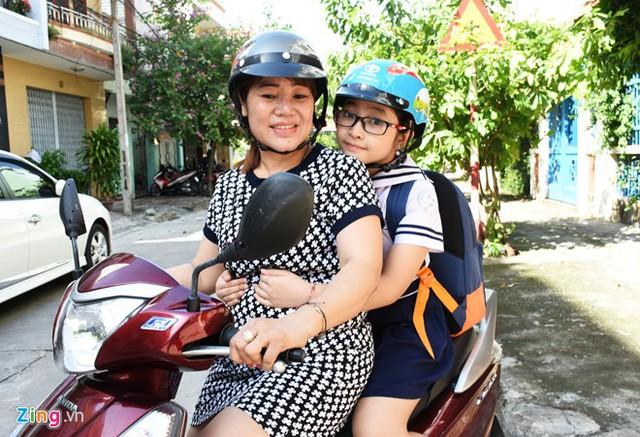 Mẹ là người gắn bó và gần gũi nhất với Hồng Minh. Hàng ngày, chị đều dành thời gian đưa đón con gái.
