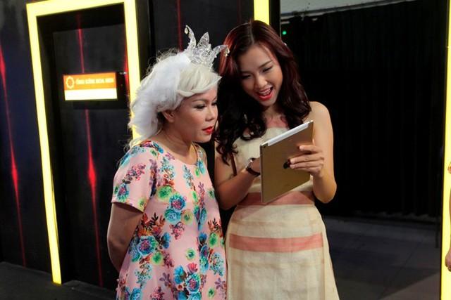 Trước giờ ghi hình, Hoàng Oanh gặp gỡ đàn chị Việt Hương để học hỏi thêm kinh nghiệm diễn hài và xử lý tình huống trên sân khấu.