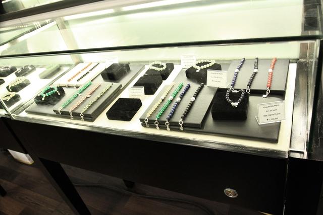 Những mẫu trang sức đa dạng cả về thiết kế và chất liệu. (Ảnh: Trí Thức Trẻ)