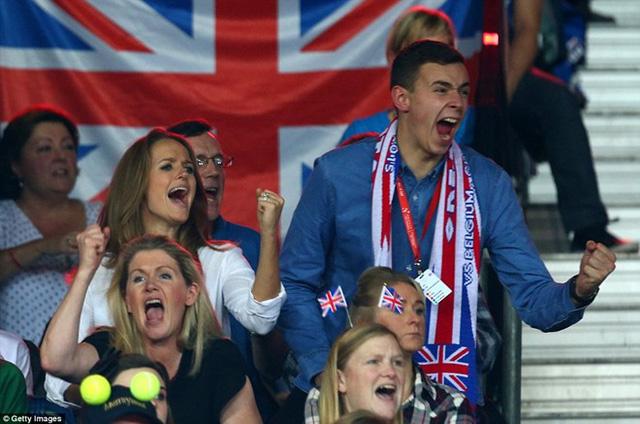 Cô vợ Kim Sears ăn mừng chiến thắng của Andy Murray từ khán đài. Ảnh: Getty.