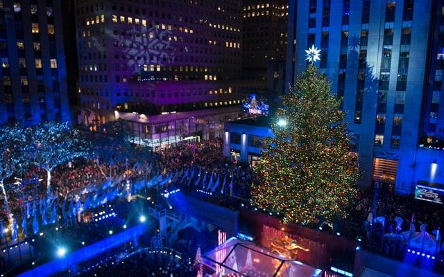 Trung tâm Rockefeller ở Thủ đô New York, Mỹ nhộn nhịp mùa Giáng sinh với ánh đèn nổi bật.