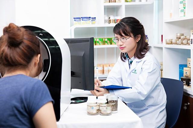 Dược sĩ cao cấp của Hoa Thiên Phú đang tư vấn soi da cho người tiêu dùng