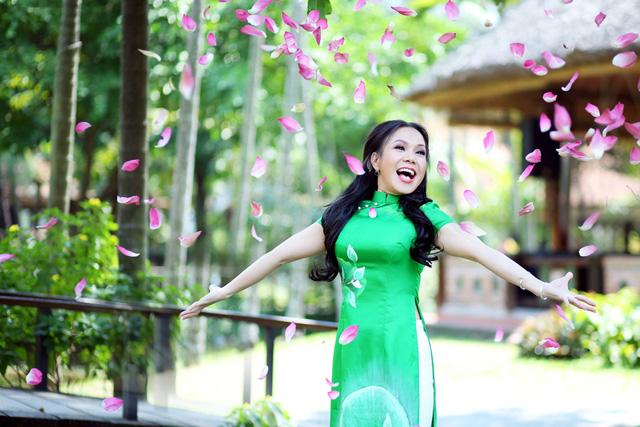 Năm 2014 được xem là một năm bận của Việt Hương khi cô xuất hiện trên truyền hình với nhiều vai trò khác nhau, từ diễn hài kịch, đóng phim, làm MC, cho đến làmgiám khảo của một số chương trình truyền hình.