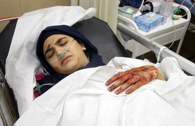 Một nạn nhân của hai vụ đánh bom tự sát liên tiếp đang được điều trị tại bệnh viện Bahman, phía Nam Beirut
