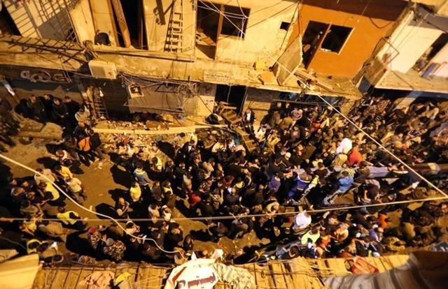 Lực lượng an ninh cố gắng ngăn cản người dân tập trung tại hiện trường vụ đánh bom tự sát