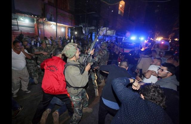 Lực lượng an ninh thậm chí phải bắn chỉ thiên để giải tán đám đông đang vây quanh kẻ bị tình nghi gây ra vụ tấn công