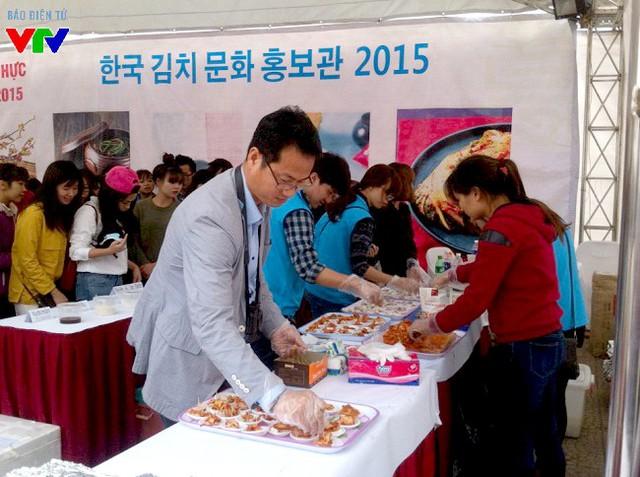 Kim chi dành cho khách hàng ăn thử được chế biến trước sự chứng kiến của rất nhiều người.