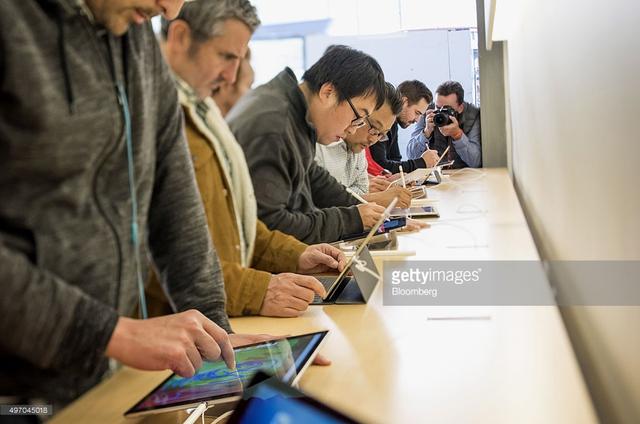Người dùng hào hứng trải nghiệm iPad Pro cùng chiếc bút Apple Pencil (Ảnh: David Paul Morris/ Getty Images)