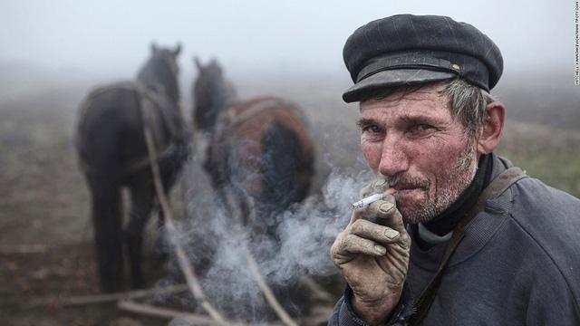 Người đàn ông ở Romania - tác phẩm của nhiếp ảnh gia Australia Kanashkevich Mitchell
