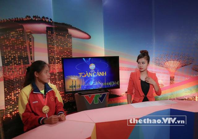 Thanh Phúc trao đổi trước giờ ghi hình cùng MC Thanh Huyền
