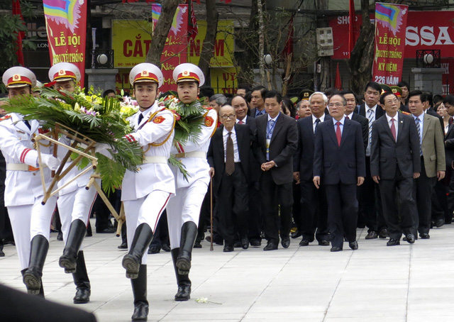 Các đồng chí lãnh đạo Đảng, Nhà nước tham dự lễ dâng hương tại tượng đài vua Quang Trung.
