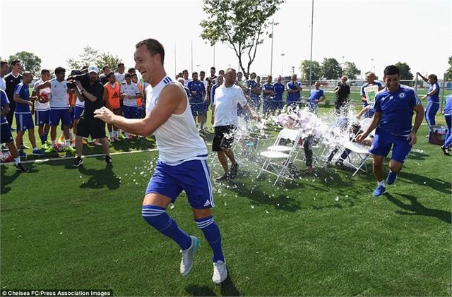 Terry kịp 'thoát thân' trong khi nhiều thành viên khác bị hất nước ướt sung. Phía bên ngoài, Courtois, Fabregas, Costa hay Osccar cười hả hê.