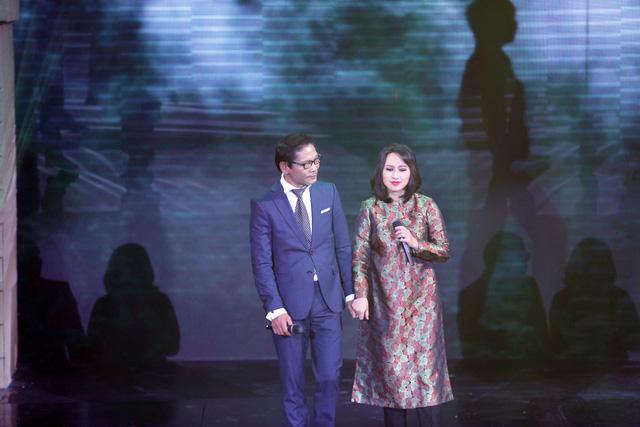 NSƯT Đức Long còn lần đầu song ca tình tứ với Khánh Linh ca khúc Anh ở đầu sông, em cuối sông.