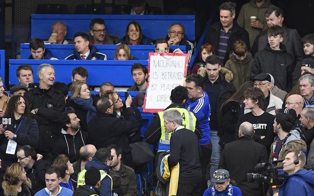 1 CĐV với biểu ngữ Mourinho bị phản bội bởi chính các cầu thủ của mình