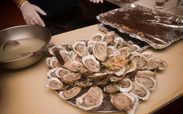 New York (Mỹ) được ngợi khen là nơi có ẩm thực luôn đổi mới theo xu hướng thời đại, trong đó hàu nướng là một trong những món không thể bỏ qua.