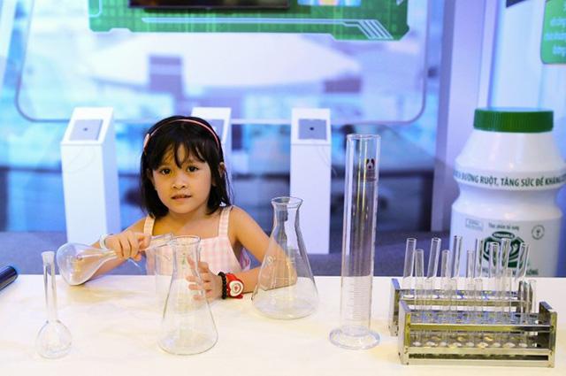 Tập làm nhà khoa học tại Viện nghiên cứu lợi khuẩn châu Âu (Ảnh: Zing)
