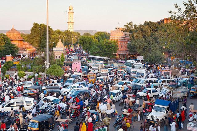 Giao thông đã trở thành vấn đề lớn thách thức chính quyền Ấn Độ. Nhiều thành phố ở quốc gia đông dân này rơi vào tình trạng nghẽn cục bộ vào giờ tan tầm. Hình ảnh chụp tại thành phố Rajasthan, Ấn Độ.