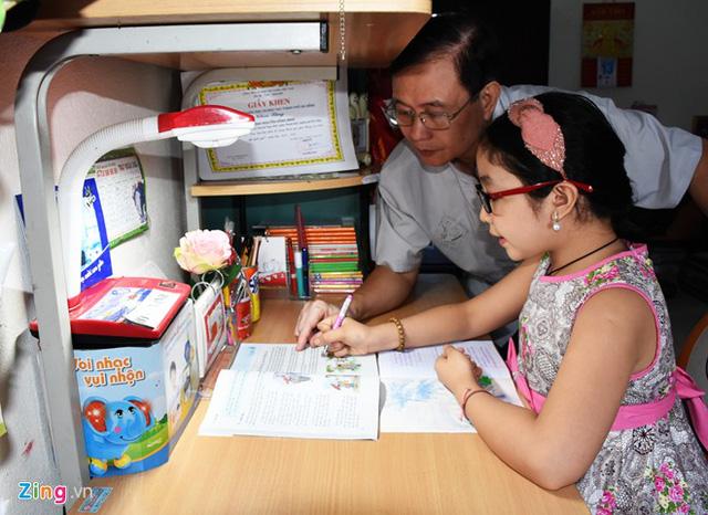 Trong khi đó, bố sẽ là người trực tiếp hướng dẫn cô bé việc học. Mẹ em từng tâm sự, Hồng Minh chào đời sau thời gian dài cả nhà mong mỏi, nên mọi tình thương của hai vợ chồng đều dành cho em.