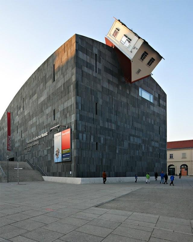 Còn công trình bảo tàng này nằm ở thành phố Vienne (Áo), có tên gọi là Tấn công ngôi nhà. Nơi đây cũng là một trong những điểm được nhiều du khách ghé thăm.