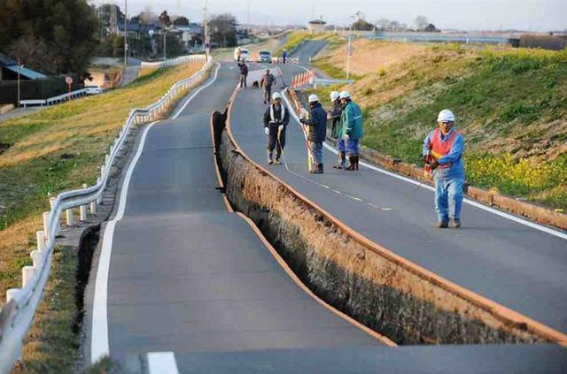 Bạn hoàn toàn không nhìn nhầm. Con đường này bị nứt toác do trận động đất lớn ở Nhật Bản và các công nhân đang đo đạc để sửa chữa.