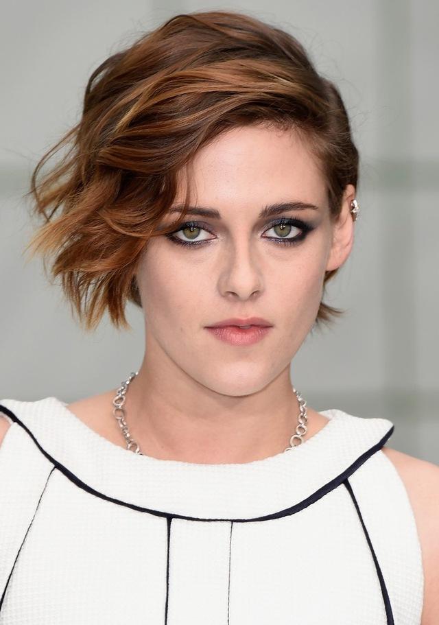 Màu mắt khói rất hợp với làn da trắng mịn của Kristen Stewart.