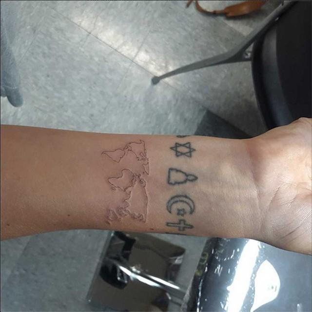 Bên cạnh những hình xăm mang ý nghĩa biểu tượng tâm linh, Lily Allen còn có hình xăm bản đồ thế giới trên tay.