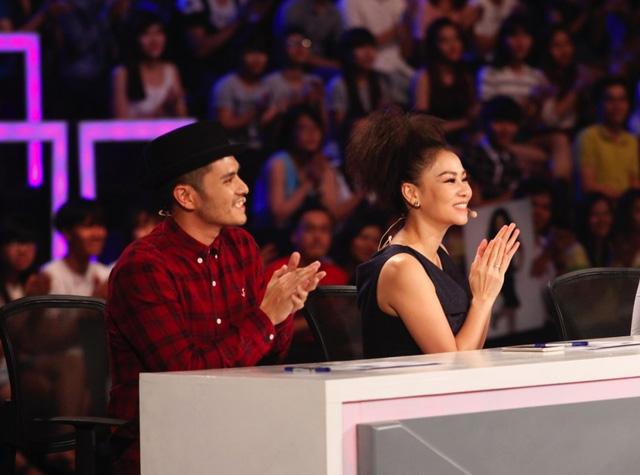 Ca sĩ Thu Minh (phải) trong vai trò giám khảo.