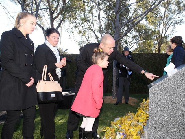 Gia đình của các nạn nhân tới dự lễn tưởng niệm tại Anh