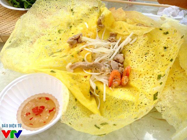 Bánh xèo Mười Xiềm nổi tiếng với loại nhân đặc trưng làm bằng củ sắn, giá, hẹ, tép đồng tươi, thịt lợn.