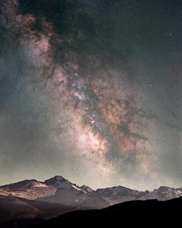 Dải Ngân Hà trên đỉnh núi Long Peak thuộc công viên quốc gia Rocky Mountain ở bang Colorado. Ảnh: Pat Gaines