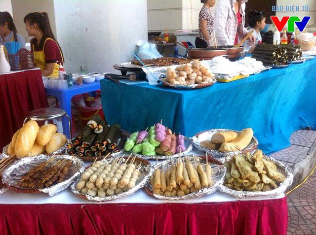 Khu ẩm thực thu hút giới trẻ với các món ăn đậm chất sinh viên, được bày biện bắt mắt