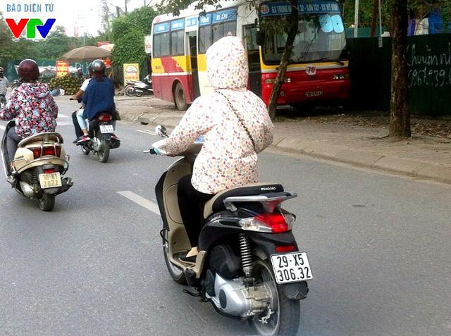 Người dân đều phải mặc áo chống nắng, bịt kín để tránh nóng.