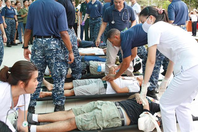 Các nạn nhân được tập kết ở khu vực an toàn và phân loại thương tích. Ảnh: VGP/Hồng Hạnh.