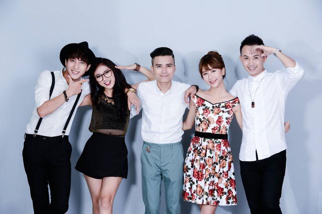 Quỳnh Anh Shyn (thứ 2 bên phải) cùng các thành viên nhóm 5S Online