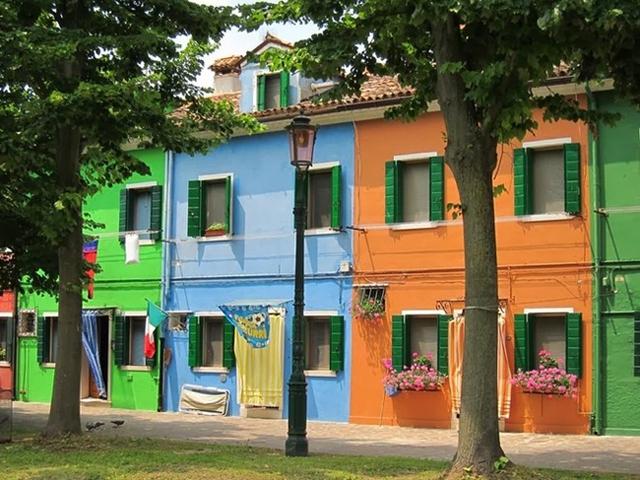 Những ngôi nhà đầu tiên trên đảo Burano được xây dựng trên những cột cây trên mặt nước, với những bức tường được bện bằng tre, trúc, hay lau, sậy và trát bùn qua loa. Sau này, những ngôi nhà sàn thô kệch kiểu cũ đã được thay thế bằng ngôi nhà gạch vững chắc hơn, và cư dân đảo bắt đầu sơn vẽ ngôi nhà của họ với nhiều màu sắc tươi sáng.