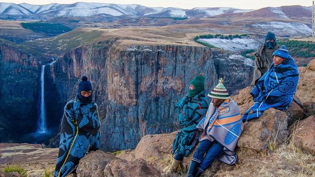 Ảnh chụp bộ tộc Basuto giúp nhiếp ảnh gia Chase Guttman (Mỹ) giành giải Nhiếp ảnh gia trẻ của năm 2015.