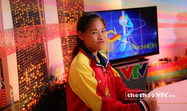Thanh Phúc tại trường quay của VTV ở IBC, Singapore