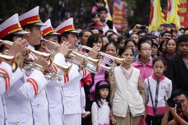 Người dân nghiêm trang trong lễ chào cờ.
