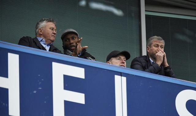 Guus Hiddink trên khán đài cùng Drogba và chủ tịch Abramovic