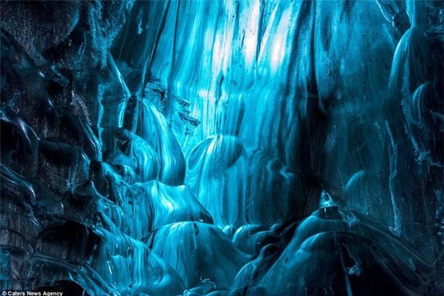 Những gợn sóng trong lòng hang băng khiến người xem mê đắm.