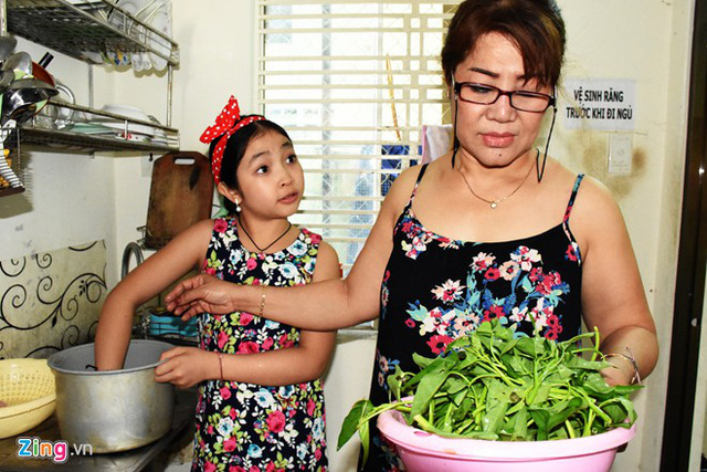Hồng Minh thỉnh thoảng xuống bếp để phụ mẹ nấu ăn. Do còn nhỏ nên cô bé chủ yếu được giao những việc lặt vặt, đơn giản như vo gạo, nhặt rau. Đây cũng là lúc hai mẹ con tranh thủ trao đổi về một ngày học tập, làm việc, bạn bè, trường lớp. Hồng Minh vốn là cô bé sống tình cảm nên rất hay tâm sự với mẹ mọi thứ.