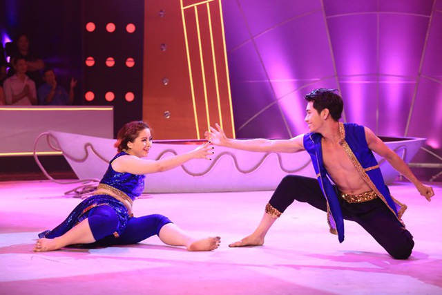 Quang Đăng mạo hiểm khi để Huyền Thanh thử sức với thể loại bollywood trong ca khúc Jai Ho.