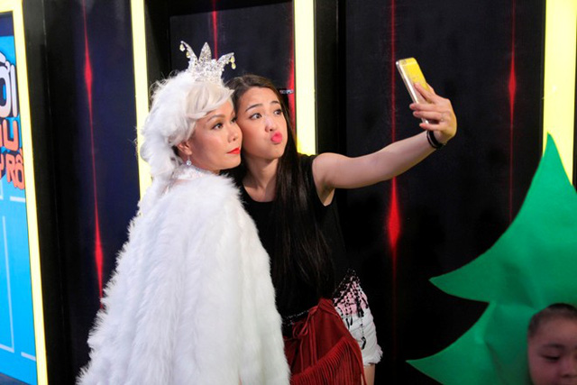 Việt Hương chụp ảnh cùng bạn bè khi hóa thân thành nhân vật bà Chúa tuyết.
